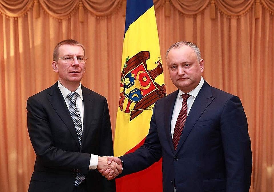 Latvijas ārlietu ministrs Edgars Rinkēvičs (no kreisās) tikšanās laikā ar Moldovas valsts prezidentu Igoru Dodonu.