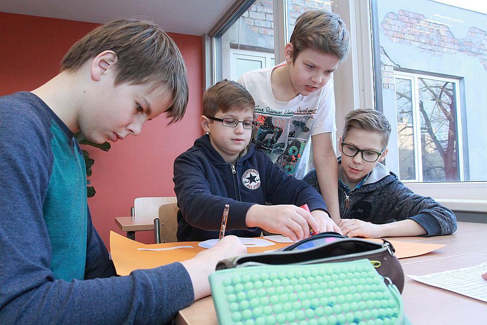 Iecerēts, ka, apgūstot jauno izglītības saturu, skolēni iemācīsies sadarboties ar citiem. Pagaidām Latvijas skolēniem grūti risināt problēmas, sadarbojoties ar citiem.