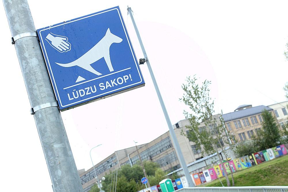Daugavmalas promenādē ierīkotas speciālas urnas suņu ekskrementiem, kā arī atgādinošas informācijas zīmes, ka aiz suņa būtu jāsakopj.