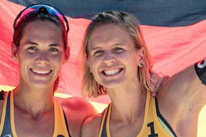 No kreisās: Laura Ludviga un Kira Valkenhorsta.