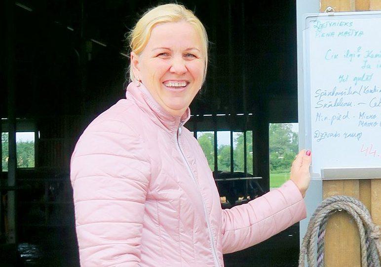 Ieva Rutkovska pirmā Latvijā pietuvojusies 15 000 kg vidējam izslaukumam no govs.