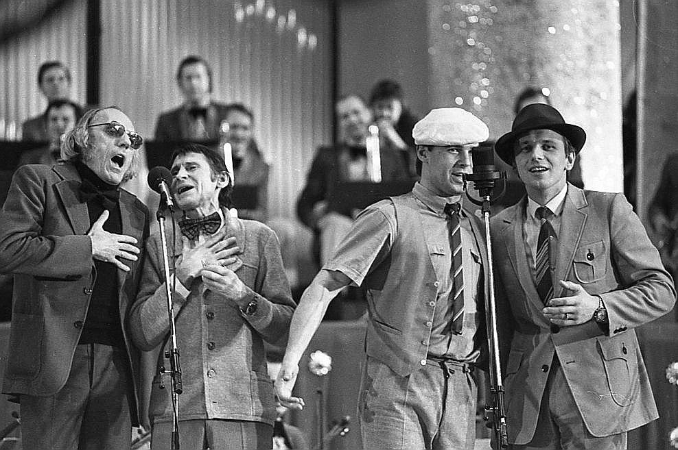 """""""Mikrofona 82"""" noslēguma koncertam kroni uzlika četru aktieru – Jura Strengas, Edgara Liepiņa, Vara Vētras un Rolanda Zagorska – dziedātā """"Putniņu deja""""."""