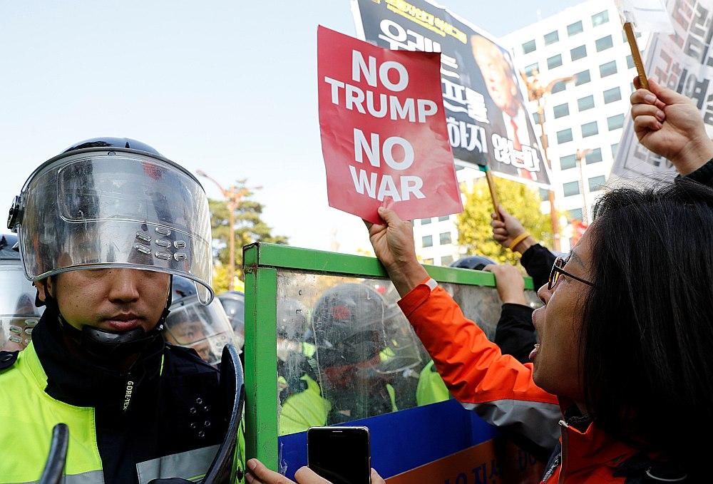 Demonstrante protestē pret ASV prezidenta Donalda Trampa vizīti Seulā.