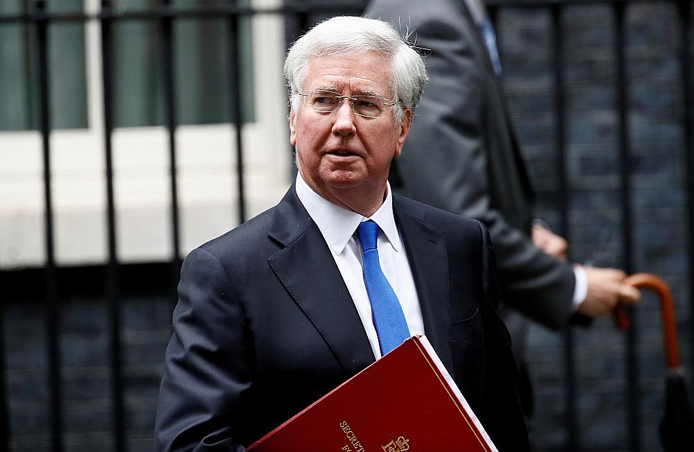 Britānijas bijušais aizsardzības ministrs Maikls Falons atstāj valdības rezidenci pēc atlūguma iesniegšanas.