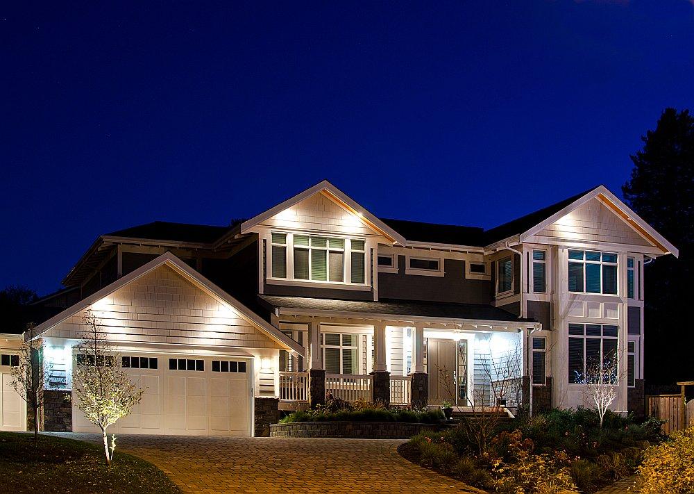 Pie mājas fasādes taupības nolūkos vērts organizēt apgaismojumu, kas ieslēdzas tikai tumšajās stundās vai pārvietojoties cilvēkiem.
