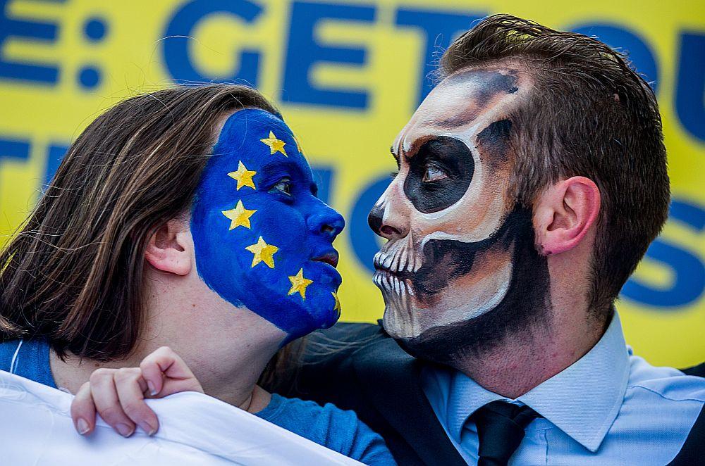 """Glifosāta pretinieki un uzņēmuma """"Monsanto"""" kritiķi regulāri rīkojuši protesta akcijas Eiropas Savienības galvaspilsētā Briselē, taču tas pagaidām nav mainījis ES nostāju."""