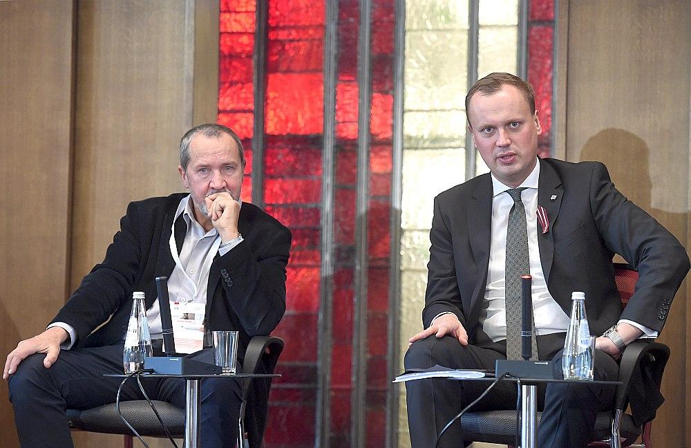 Latvijas Pašvaldību savienības vecākais padomnieks Māris Pūķis (no kreisās) un Satiksmes ministrijas parlamentārais sekretārs Edgars Tavars apspriež nākotnes izaicinājumus valsts un pašvaldību uzņēmumu pārvaldības uzlabošanā.