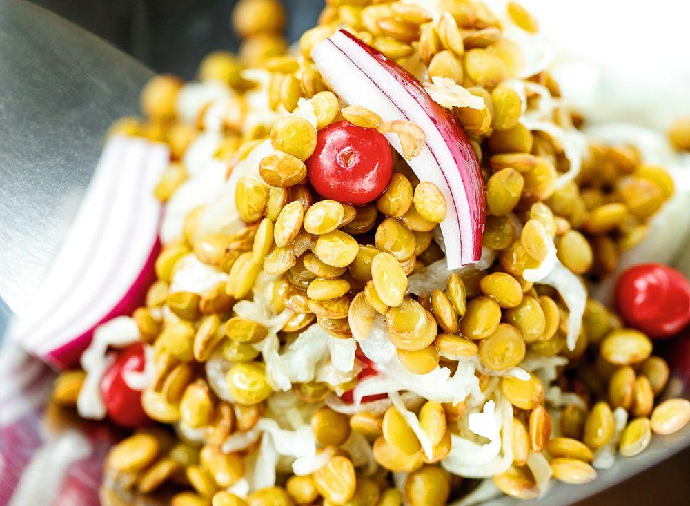 Skābētu kāpostu un lēcu salāti ar dzērvenēm