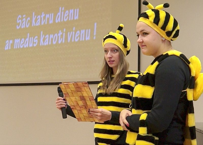 """""""Sāc katru dienu ar medus karoti vienu!"""" aicināja """"bitītes"""" Medus brokastīs Ogres Valsts tehnikumā."""