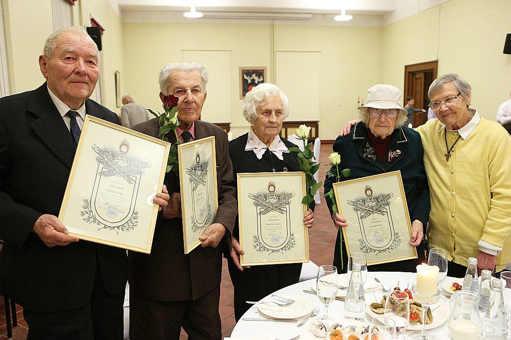 Pagājušā gada 21. novembrī Aizsardzības ministrija Kara muzejā rīkoja svinīgu pieņemšanu Latvijas nacionālajiem partizāniem un partizānēm. Uzaicināto vidū bija arī Viestura ordenim izvirzītie – Jāzeps Logins (otrais no kreisās), Domicella Pundure un Antoņina Brasla ar ministrijas Goda rakstiem rokās.