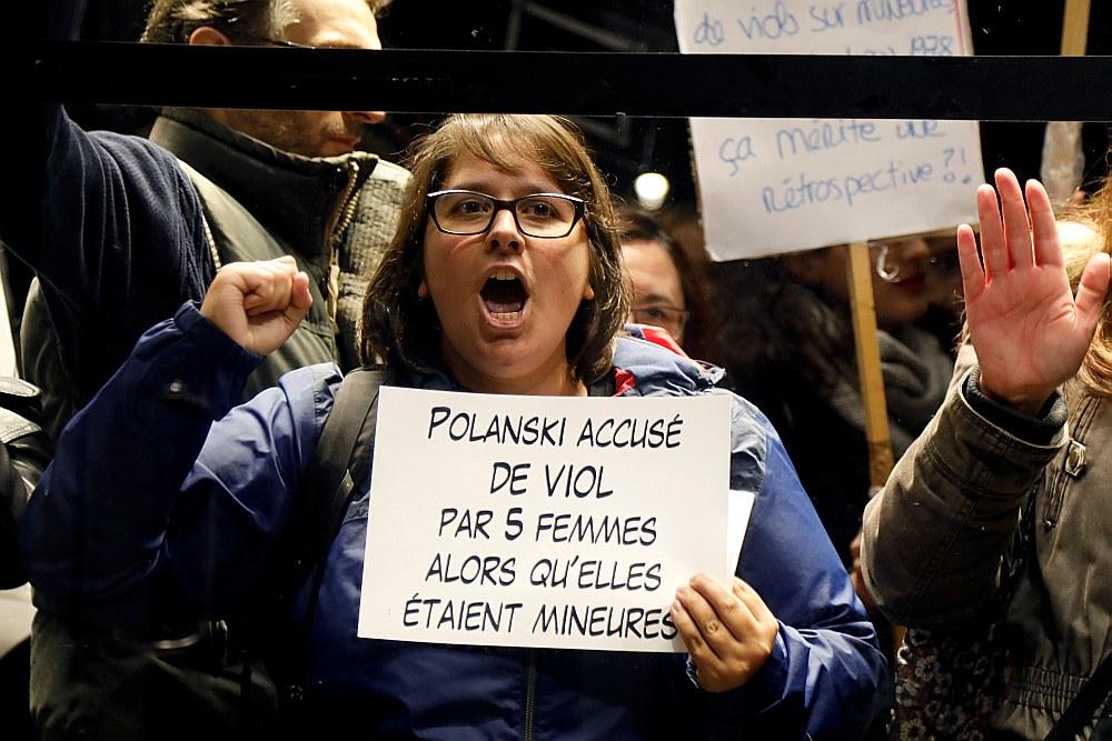 Protestētāja pret Polaņska retrospekciju vērstajā pasākumā Parīzē.