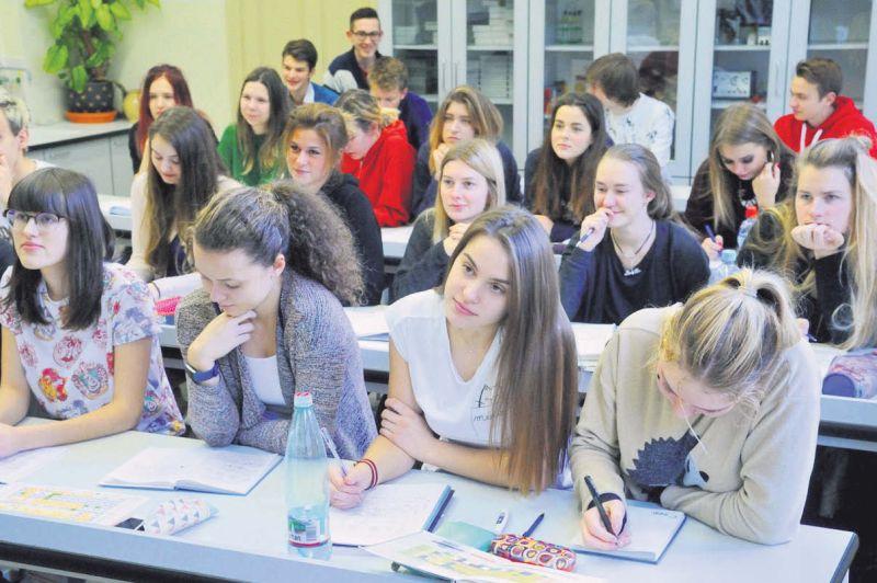 Pašvaldību pārstāvji uzskata, ka skolēnu skaita un kvalitātes kritērijiem jābūt ietvertiem Izglītības likumā un nevar ļaut to lemt valdībai. Attēlā: 11. klases skolēni Rīgas Valsts 1. ģimnāzijā.