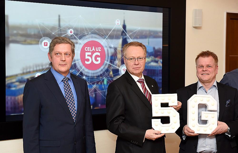 """RTU Elektronikas un telekomunikāciju fakultātes dekāns Jurģis Poriņš (no kreisās), LMT prezidents Juris Binde un """"Nokia 5G"""" programmas vadītājs Kai Sahala šā gada sākumā paziņoja par sadarbību 5G ieviešanā."""