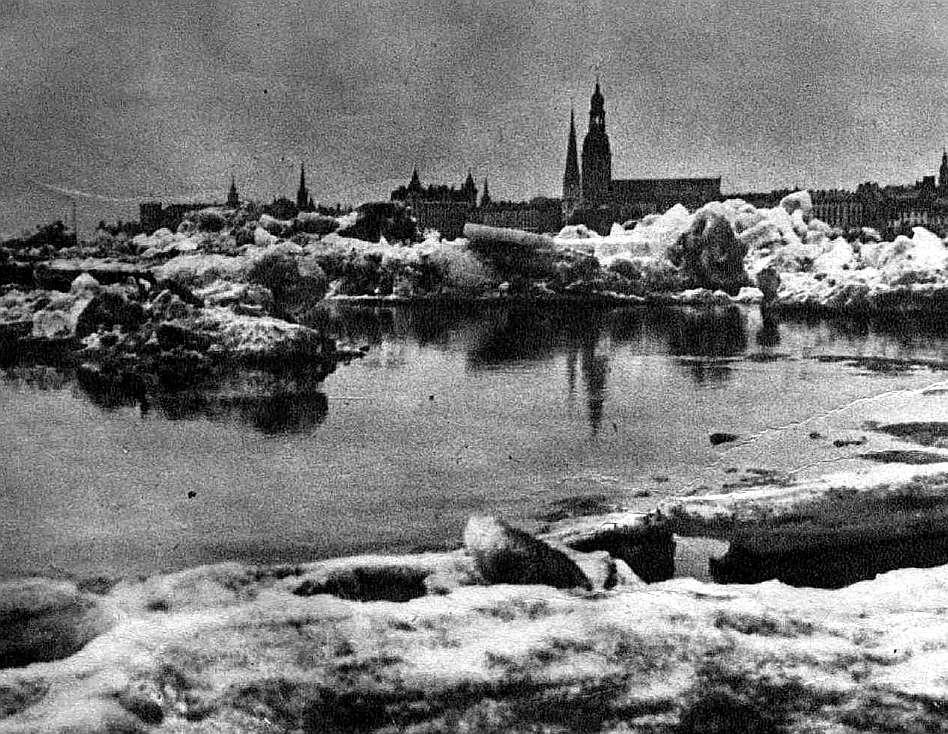 Ledus krāvumi Daugavā pie Rīgas 30. gados.