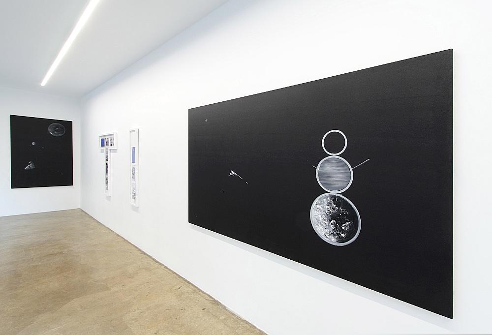 """Ērika Apaļā """"Institucionālās spēles"""" izspēlē trāpīgu un asprātīgu mākslas vides metaforu, kas ir veselīga viela pārdomām pastāvošās vispārējās sistēmas ietvaros."""