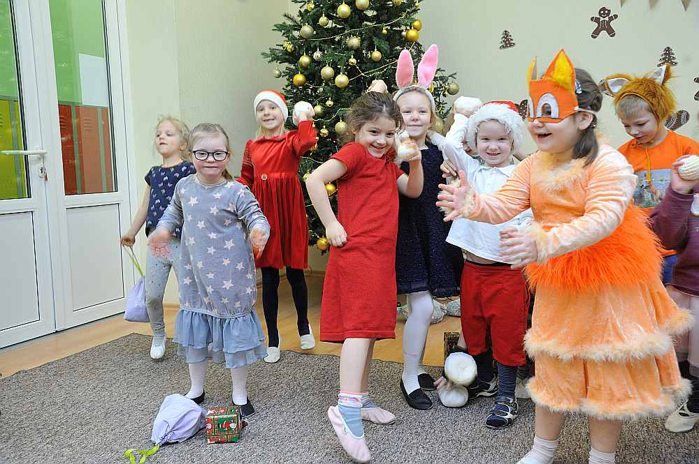 Vakar Mārupes novada Skultes sākumskolas bērnudārza audzēkņi gatavojās Ziemassvētku sarīkojumam. Līga Pārsla (priekšplānā no kreisās) kopā ar savas grupiņas draugiem.
