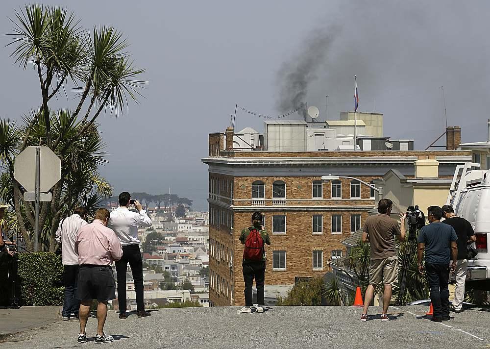 Pēc ASV paziņojuma 31. augustā, ka Krievijas ģenerālkonsulāts Sanfrancisko tiek slēgts 48 stundu laikā, nākamajā dienā no ēkas skursteņa cēlās biezi dūmi, kamīnā dedzinot konfidenciālus dokumentus.