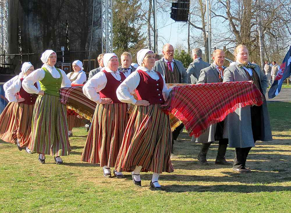 """Viļānu kultūras nama senioru deju kopa """"Kūmas"""" nākamvasar piedalīsies savos pirmajos Vispārējos dziesmu un deju svētkos."""