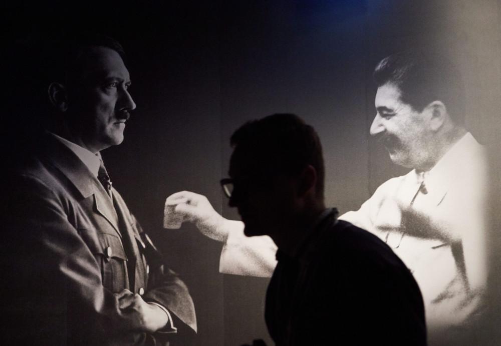 Apmeklētājs Gdaņskas Otrā pasaules kara muzejā.