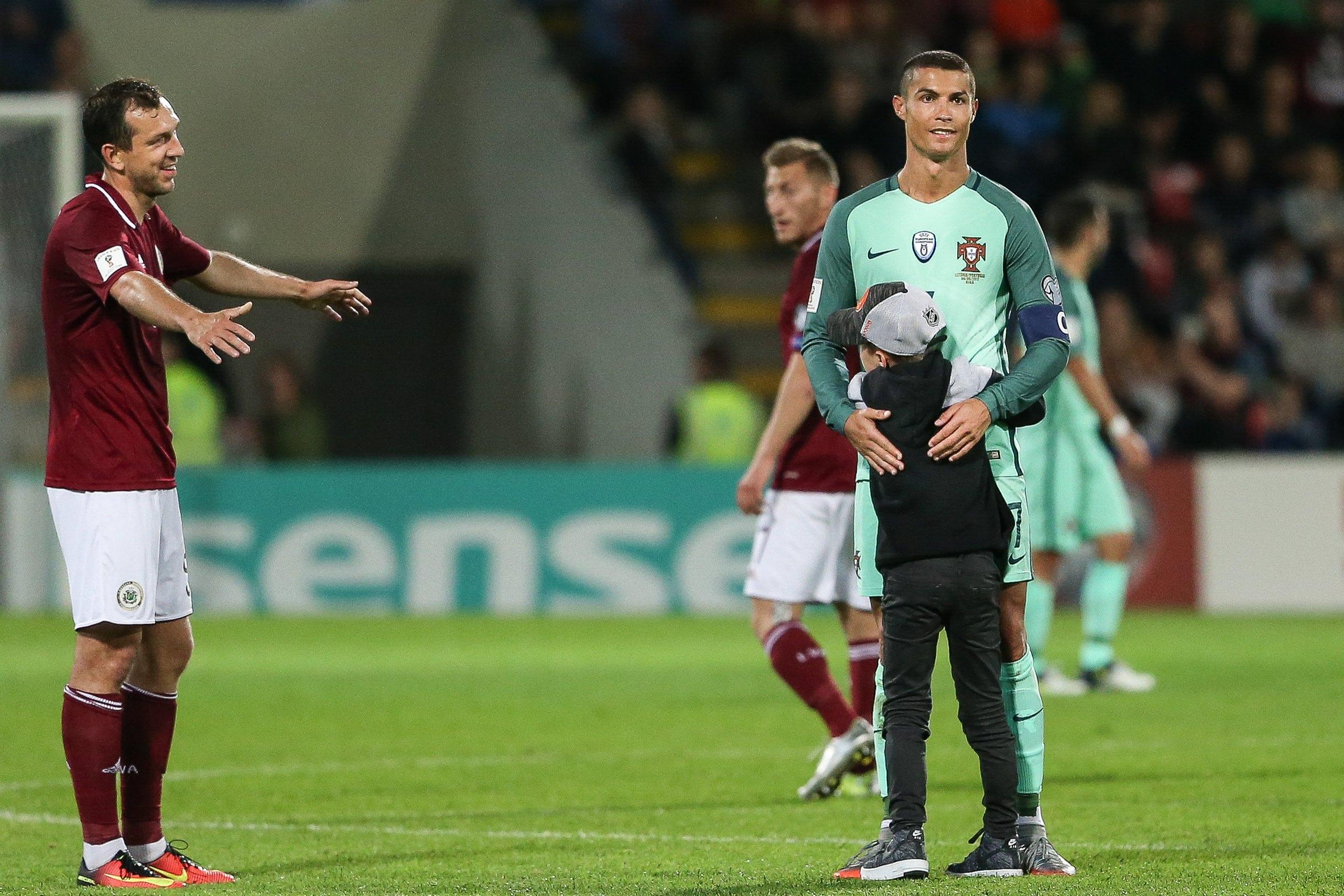 """Krištianu Ronaldu Latvijas un Portugāles spēlē """"Skonto"""" stadionā Rīgā."""