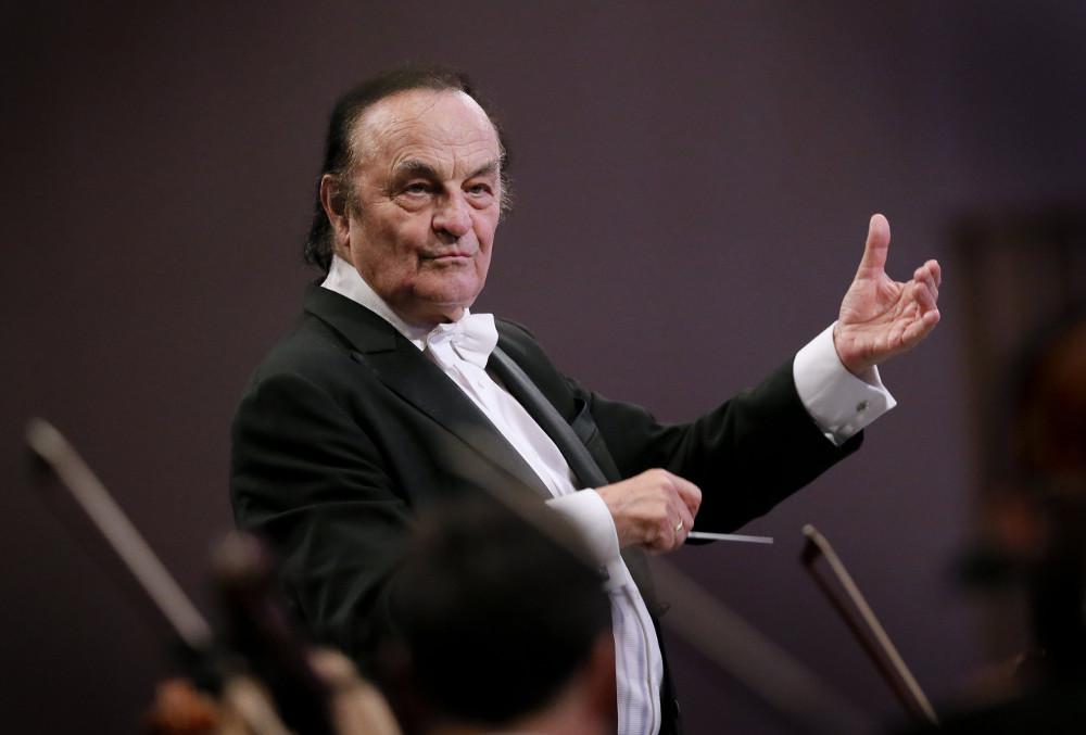 Šarls Dituā diriģē Londonas Karaliskā filharmonijas orķestra uzstāšanos.
