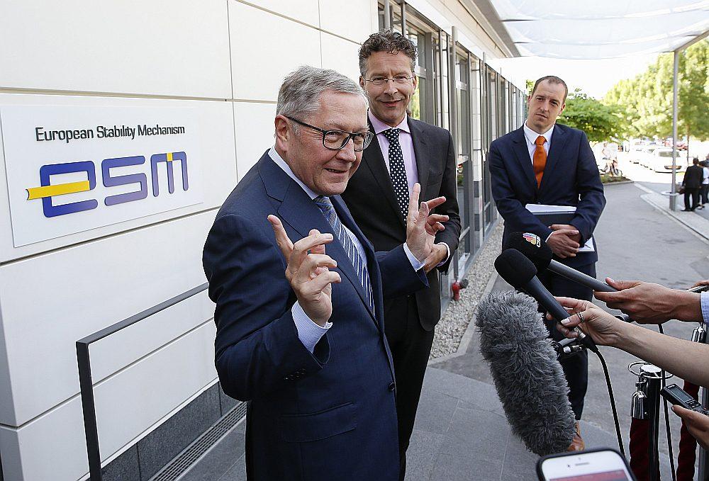 """Klauss Reglings, Eiropas Stabilitātes mehānisma izpilddirektors, un iepriekšējais Eirogrupas priekšsēdētājs Jerūns Dijselblūms pie ESM ēkas Luksemburgā. Iespējams, plāksnīte būs jānomaina ar uzrakstu """"EMF""""."""