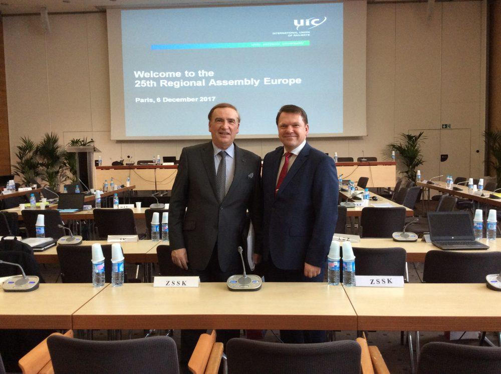 LDz prezidents .Bērziņš (no labās) Starptautiskās dzelzceļu savienības (UIC) Ģenerālajā asamblejā.