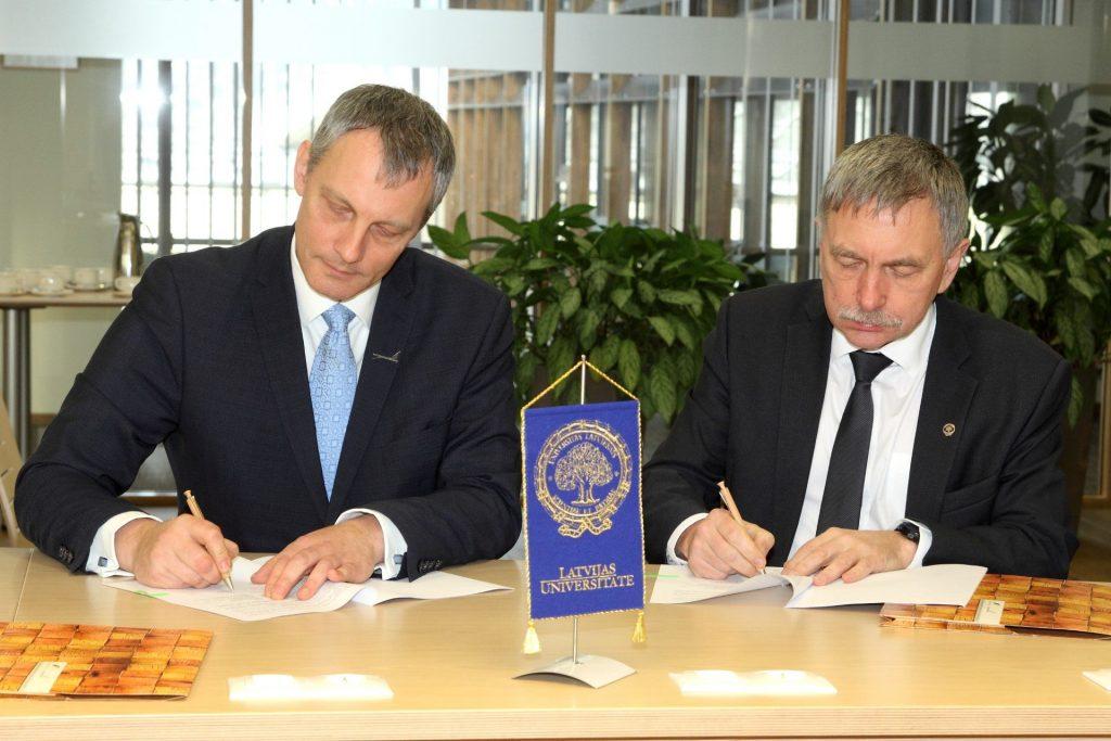 """""""Latvijas valsts meži"""" prezidents Roberts Strīpnieks.(no kreisās) un LU rektors Indriķis Muižnieks līguma parakstīšanas brīdī."""
