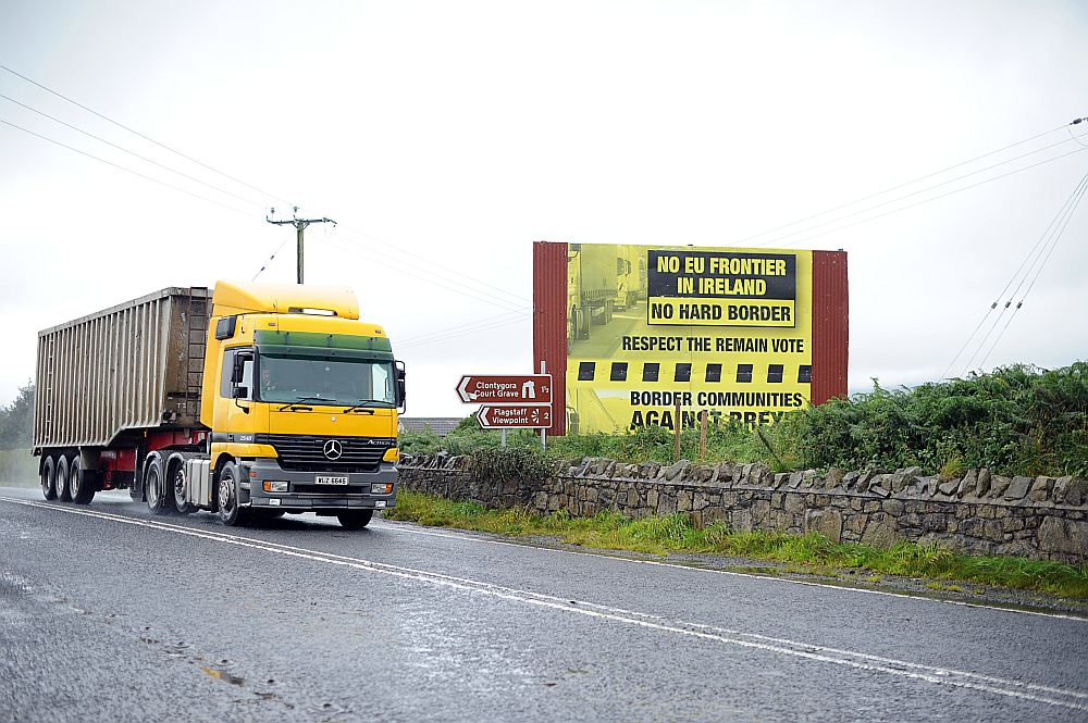 Plakāts ceļmalā pie Killīnas ciema, Olsteras provincē Ziemeļīrijā netālu no robežas ar Īriju, aicina pēc breksita neatgriezties pie stingrās robežkontroles.