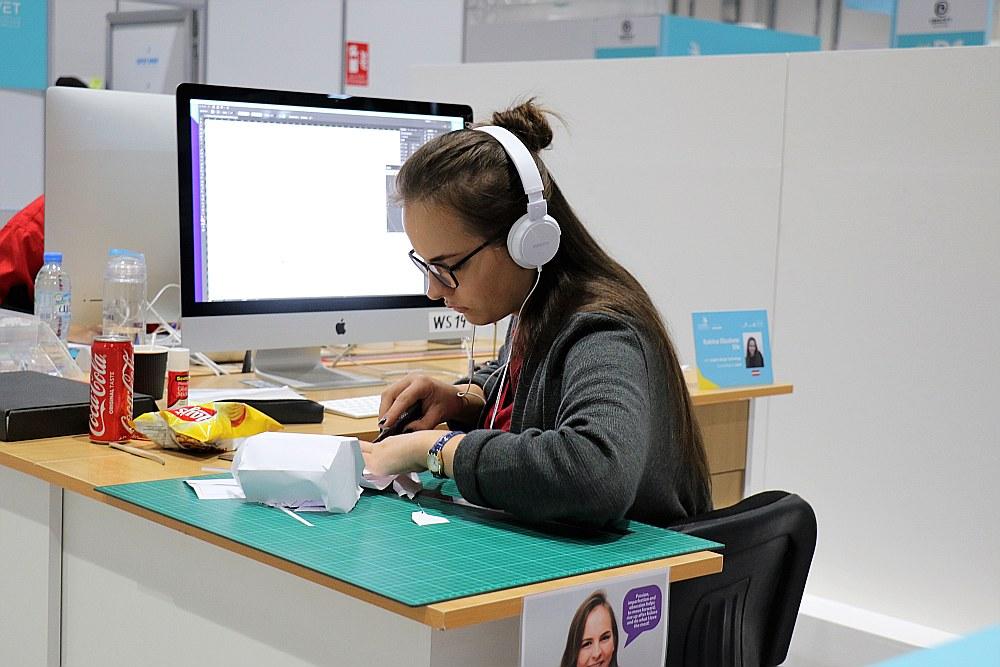"""""""Worldskills"""" konkursā Katrīnai Elizabetei nācās pierādīt savas spējas logo izstrādē, žurnāla maketēšanā un pat papīra konstruktoru veidošanā."""