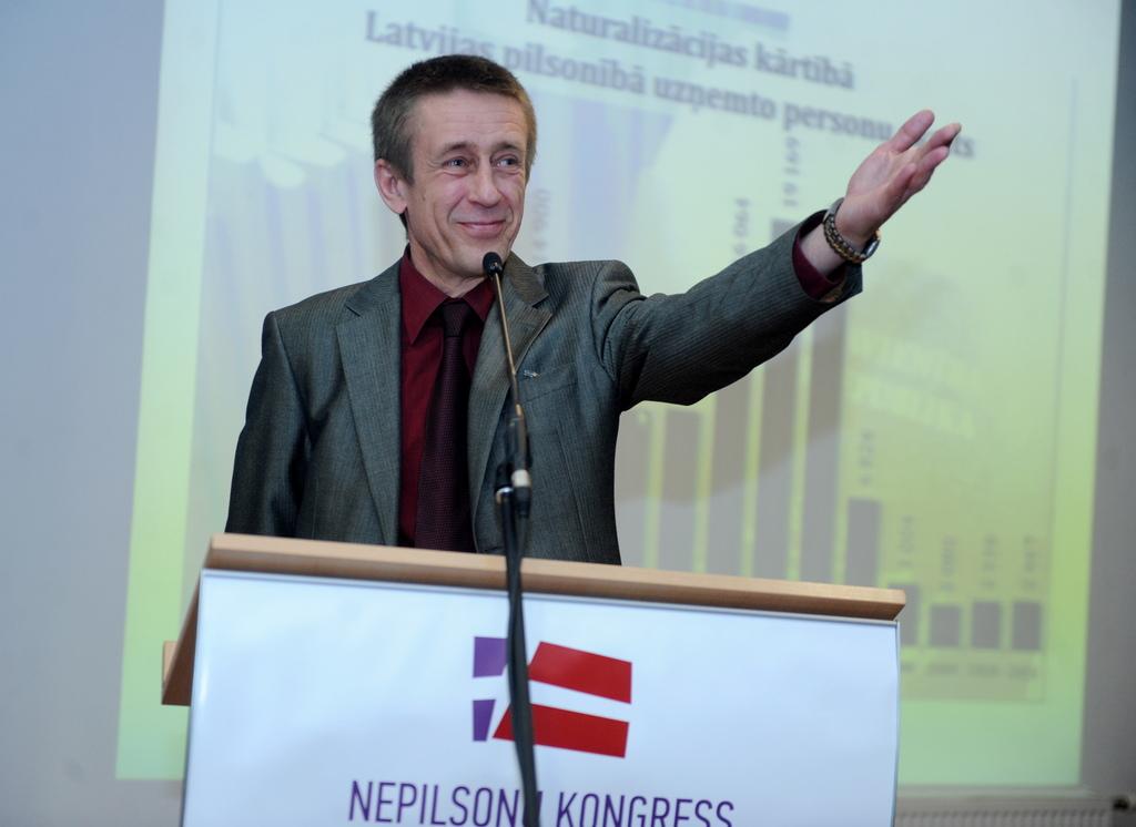 """Nepilsoņu kongresa"""" iniciators Jurijs Aleksejevs piedalās debatēs Nepilsoņu kongresa dibināšanas sapulcē viesnīcā """"Islande""""."""