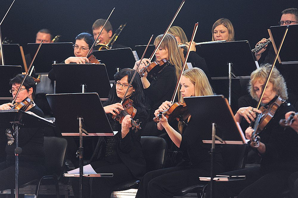 """Artura Maskata """"Baltijas dziesmu"""" atskaņojumā Latvijas Nacionālā simfoniskā orķestra priekšnesums kopā ar VAK """"Latvija"""" un solistiem izgaismojās emocionāli piesātinātās krāsās."""