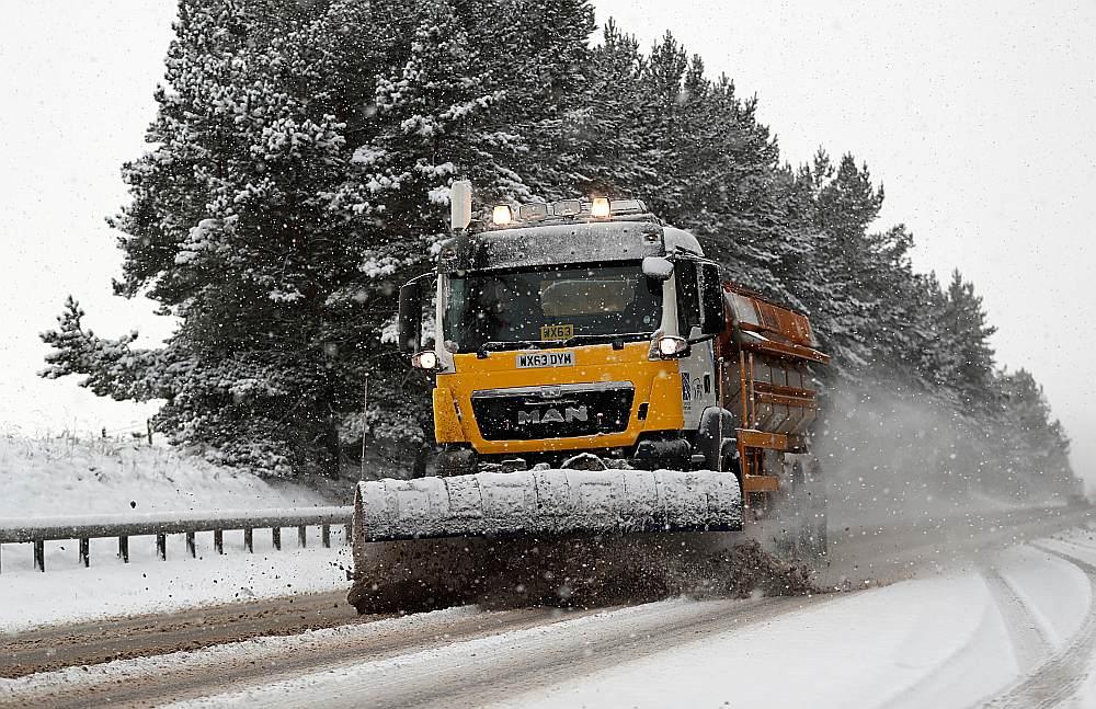Šonedēļ Britānijā sniega tīrāmajām mašīnām ir daudz darba, īpaši valsts ziemeļos.