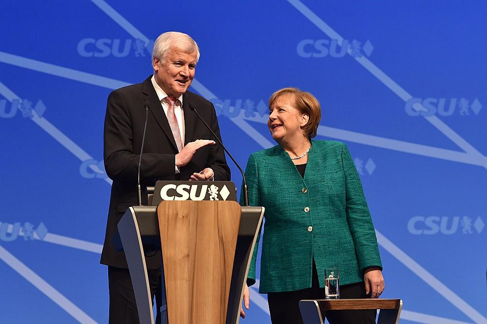 Bavārijas Kristīgi sociālās savienības (CSU) kongresā Nirnbergā CSU līderis Horsts Zēhofers un Kristīgo demokrātu savienības (CDU) līdere kanclere Angela Merkele apliecināja savstarpēju atbalstu, taču liela daļa pavalsts iedzīvotāju ir pret kancleres Merkeles liberālo migrācijas politiku un pavirzīšanos pa kreisi no centra, ja tiks izveidota koalīcija ar sociāldemokrātiem.