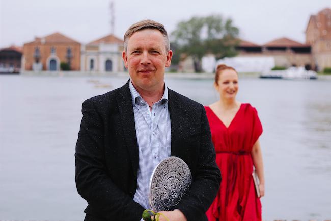 Mākslinieks MIķelis Fišers un Latvijas paviljona kuratore Inga Šteimane.