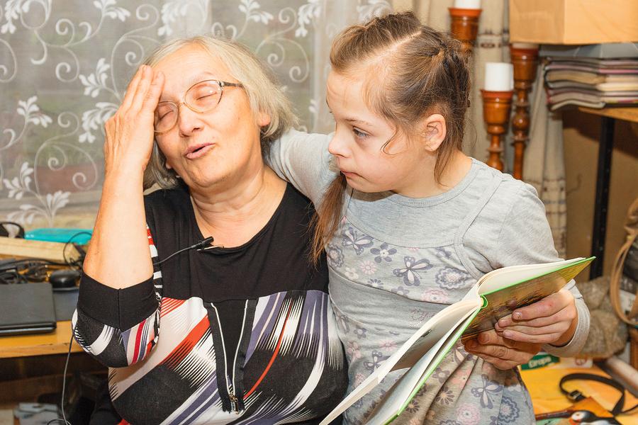 Lai arī Ieviņai ir problēmas ar redzi, viņas abas ar audžumammu lasa grāmatas.