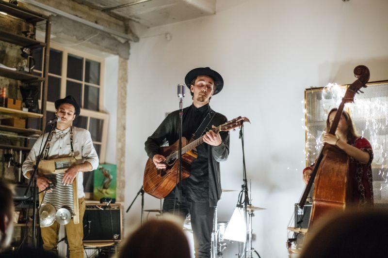 """Grupa """"Rahu The Fool"""" nespēlē īstus mūzikas instrumentus, viņi saka, ka atdzīvina """"jug band"""" mūzikas sajūtas jeb nabadzīgo mūziķu džezu, tāpēc spēlēšanai izmanto sadzīves priekšmetus un pašdarinātus instrumentus."""