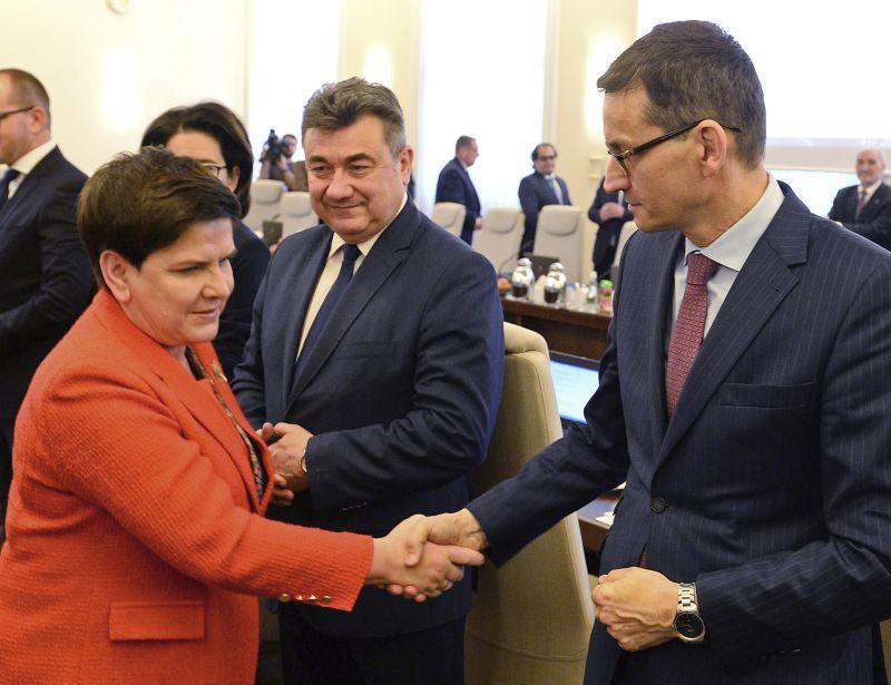 Līdzšinējo premejrministri Beatu Šidlo valdības vadītāja amatā nomainījis viņas vietnieks Mateušs Moraveckis (no labās).