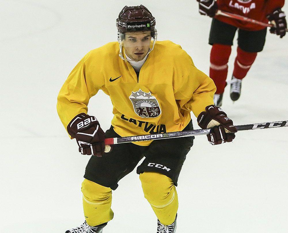 Deniss Smirnovs labi spēlē gan ar ripu, gan bez tās.