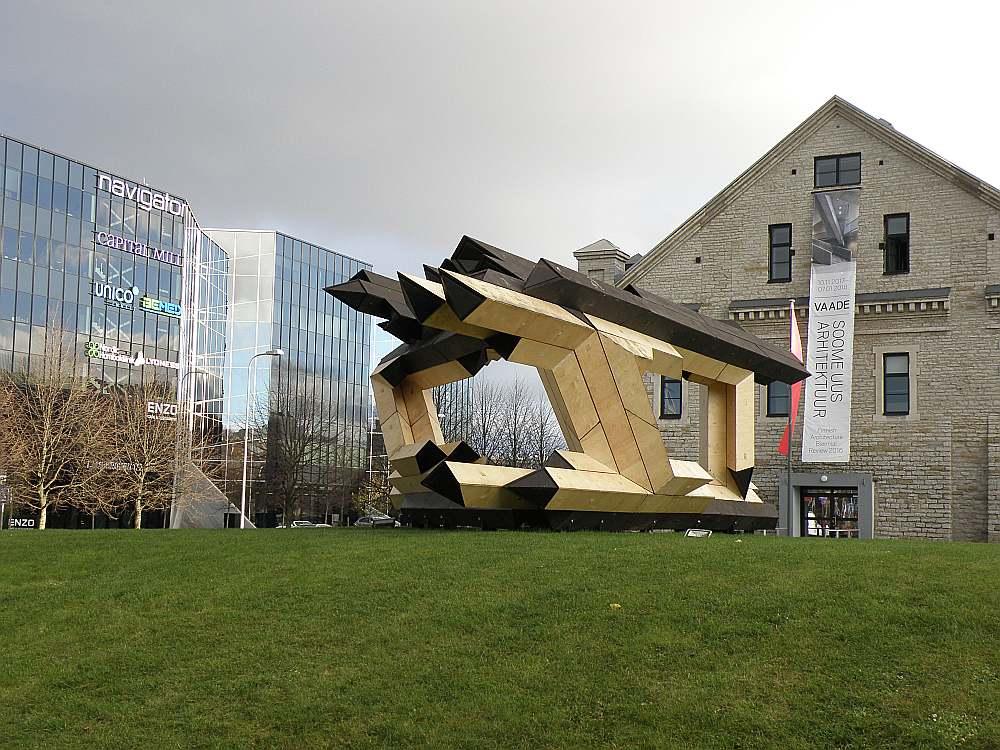 """Koka lielformāta skulptūra Tallinā pie Igaunijas arhitektūras muzeja. """"Būtu vērtīgi pārņemt tradīciju katru otro gadu rīkot konkursu par modernas koka lielformāta skulptūras izgatavošanu,"""" atzīmēja Rīgas pilsētas arhitekts Gvido Princis."""