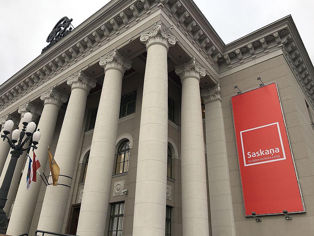 """Vēlme par pašvaldības līdzekļiem atjaunoto VEF Kultūras pili sasaistīt ar vienas politiskās partijas vārdu bija tik liela, ka tās sienas tika izklātas ar sarkaniem """"Saskaņas"""" plakātiem."""