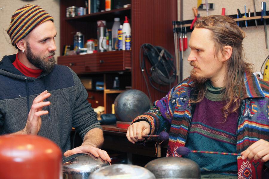 Lai spēlētu zvangu, nav vajadzīga ne muzikālā izglītība, ne īpašas iemaņas. Attēlā: Dzintars Briedis (no labās) un Olafs Apustulis pa starpu zvangu gatavošanai mēdz arī pamuzicēt.