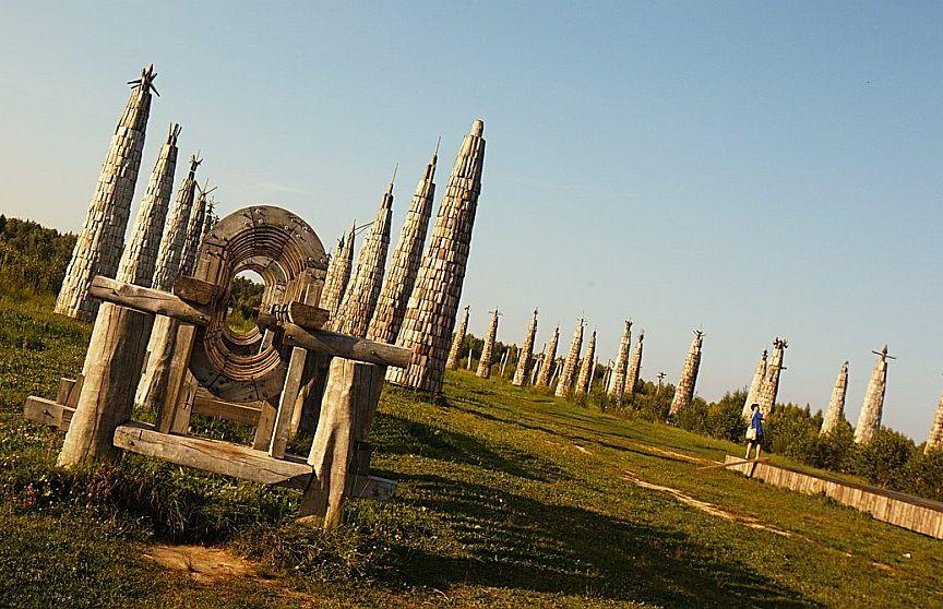 Viens no koka vides mākslas objektiem brīvdabas parkā Krievijas provincē Nikola – Lenivecā.