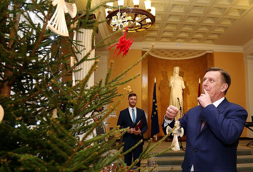 Vakar Ministru prezidents Māris Kučinskis un ministri kopā ar jaunajiem talantiem no Rīgas Mākslas un mediju tehnikuma (RMMT) iededza valdības nama galveno Ziemassvētku egli.
