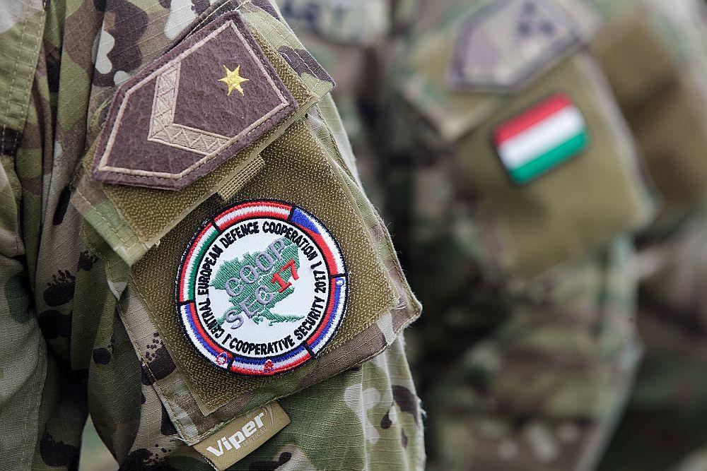"""Ungārijas bruņoto spēku kareivji ar Centrāleiropas aizsardzības sadarbības emblēmas uzšuvi kopīgo mācību """"COOPSEC17"""" laikā Austrijā šā gada septembrī."""