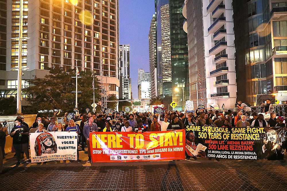 Floridas štatā Maiami iedzīvotāji demonstrē pret ASV prezidenta Donalda Trampa politiku imigrācijas jomā.