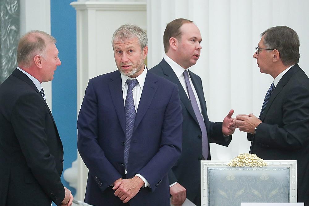 Krievijas finansists Pjotrs Avens (no labās) apspriežas ar Krievijas prezidenta administrācijas vadītāju Antonu Vaino, klātesot miljardieriem Romanam Abramovičam un Musam Bažajevam, pirms tikšanās Kremlī ar prezidentu Vladimiru Putinu.