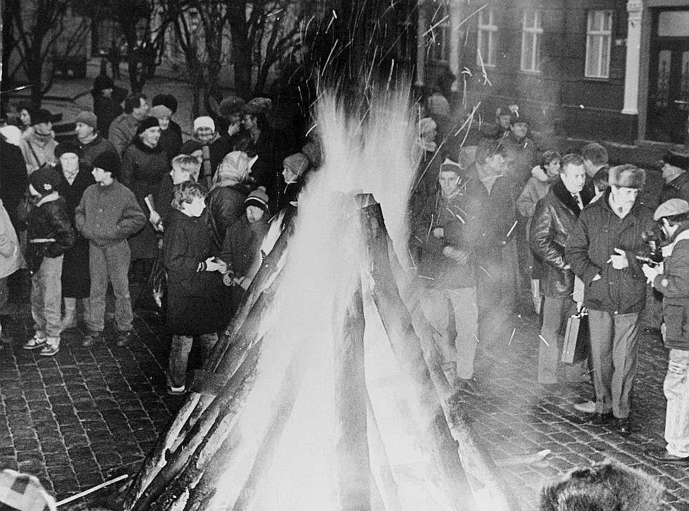 Barikāžu laikā neatkarības atgūšanā bija iesaistīta visa tauta, dienu un nakti pie ugunskuriem pulcējās jaunieši un seniori.