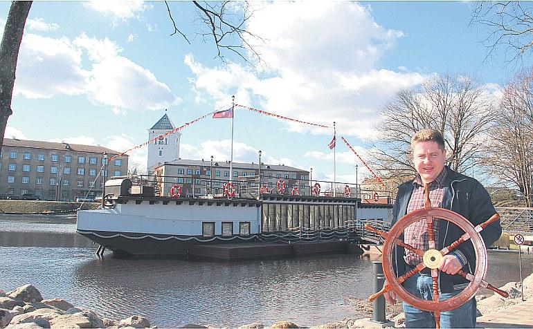 """Jelgavnieks Kaspars Blūmanis Lielupē izveidojis banketa zāli uz ūdens, par ko """"LA"""" rakstīja pērn 27. martā."""