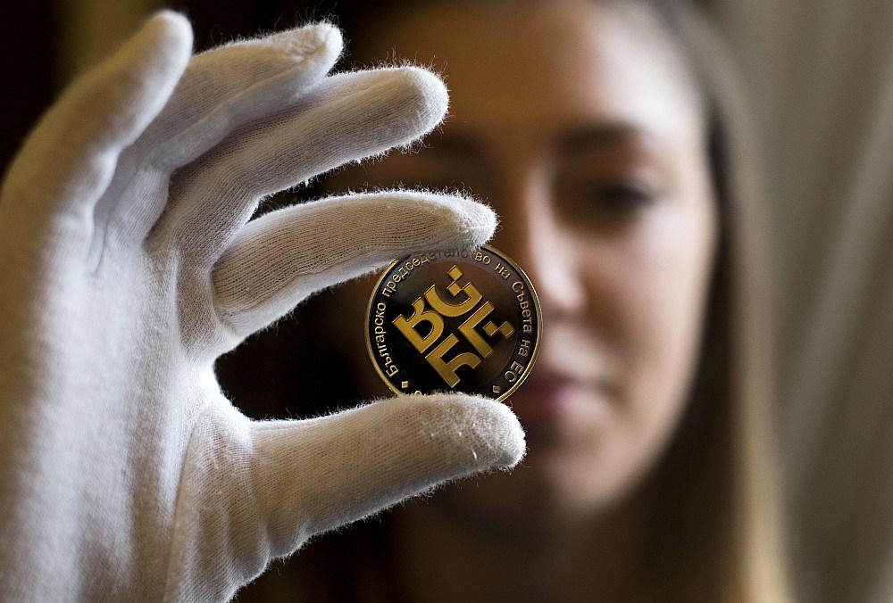 Par godu prezidentūrai Bulgārijas Centrālā banka ir izdevusi piemiņas monētu – 10 levu monētu (5 eiro vērtībā) ar Bulgārijas prezidentūras logo.
